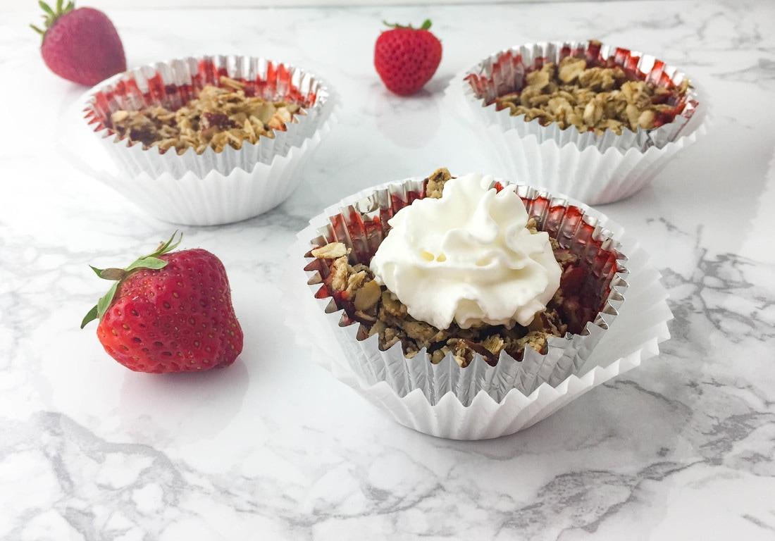 mini strawberry crumble cups